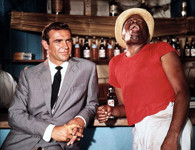 Sean Connery, najmladší James Bond, mal v snímke Dr No (1962) len 31 rokov. Vpravo John Kitzmiller