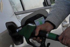 Motoristi tankujú lacnejšie benzín, lebo cena ropy na trhoch stále padá.