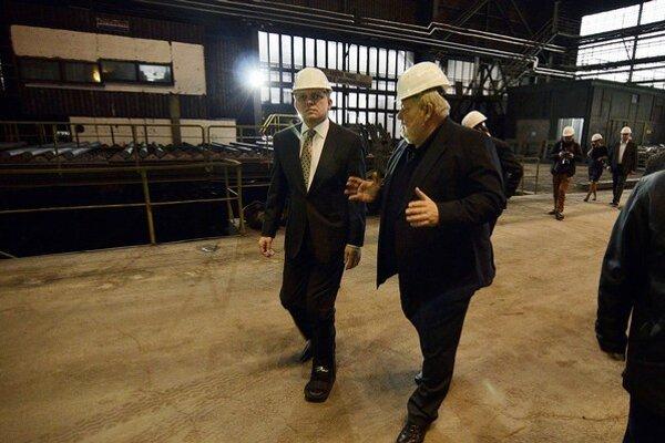 Šéfa Železiarní Podbrezová Vladimíra Sotáka (vpravo) zaskočil rast cien elektriny. Po návšteve premiéra v železiarňach sa čakalo skôr zlacnenie.