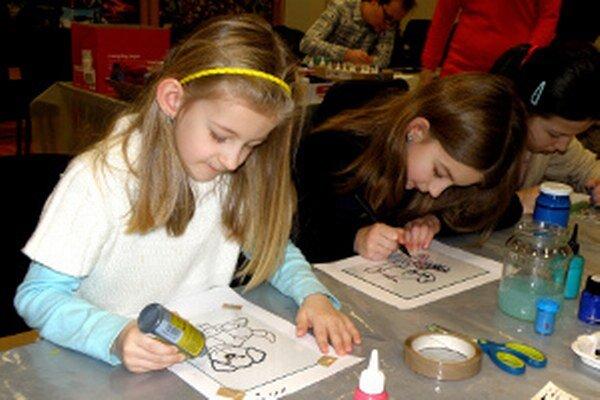 Maľovanie na sklo si vyskúšali aj sestry Cechové.