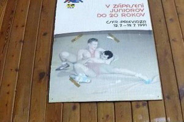 Lepiacimi páskami prilepený papier zakrýval na plagáte Jozefa Lohyňu.
