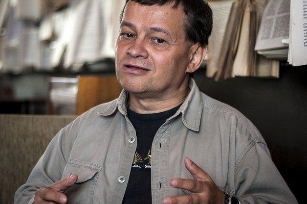 Vladimír Baláž (53) vyštudoval Ekonomickú univerzitu v Bratislave, pôsobí v Prognostickom ústave SAV. Niekoľko rokov pracoval ako vedecký pracovník na univerzitách v Exeteri a Surrey (Veľká Británia). Venuje sa otázkam rozvoja poznatkovej ekonomik