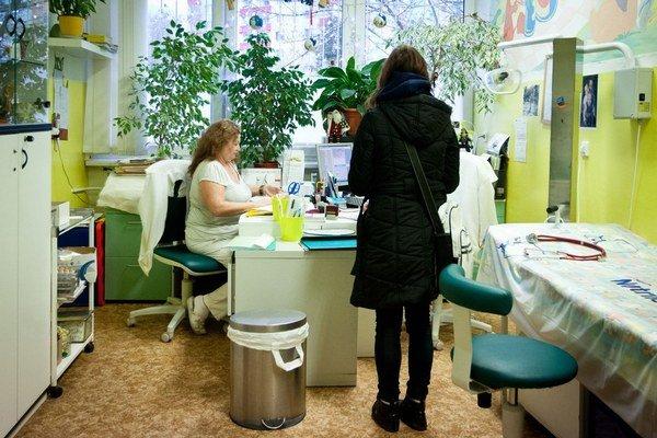 Cenník s poplatkami musí visieť v lekárovej čakárni.