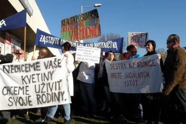 Vlani protest organizovali zdravotníci pri športovej hale v Prievidzi.