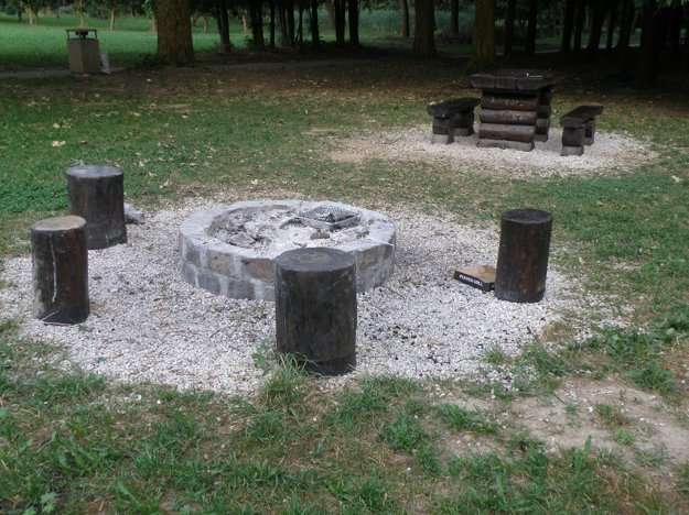Takéto ohniská majú ľudia k dispozícii v prievidzskom mestskom parku.