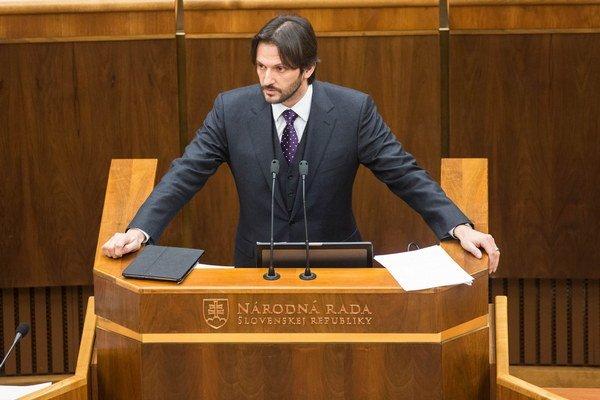 Zmeny vo verejnom obstarávaní, ktoré zaviedol minister vnútra Robert Kaliňák, vraj súťaže neskrátili ale naopak.