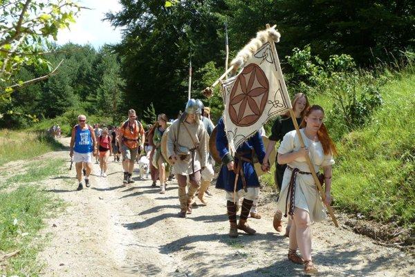 Účastníkov výstupu sprevádzali slovanskí bojovníci.