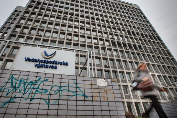 Štátny podnik Vodohospodárska výstavba si vzal úver v bankách, aby splatil štátnu pôžičku.