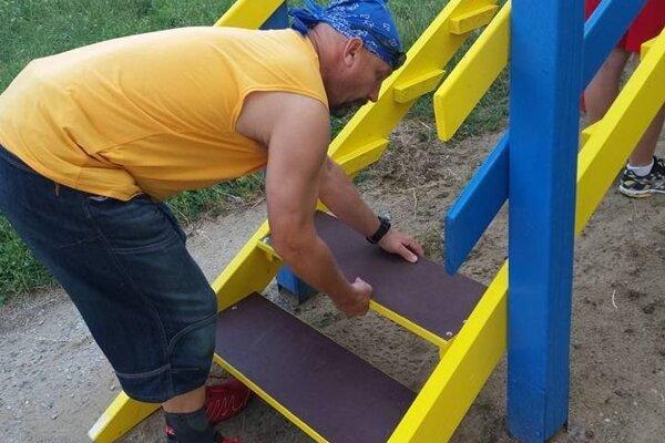 Pri osadení nových schodíkov.