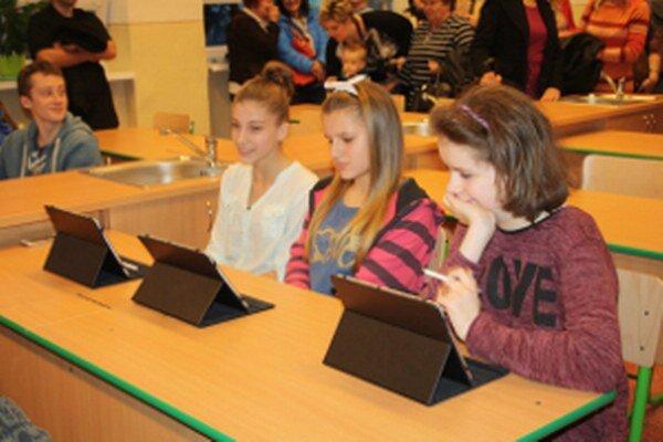 Škola na Školskej ulici získala peniaze na pomôcky pre žiakov.