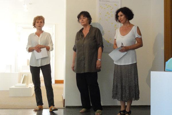 Vernisáž výstavy Jsou ještě mezi námi - zľava riaditeľka NG Renáta Niczová, autorka Eliška Čabalová a kurátorka Kaliopi Chamonikola.