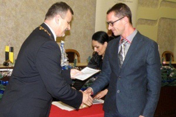 Osvedčenie o zvolení prevzali handlovskí poslanci od primátora Rudolfa Podobu (vľavo).