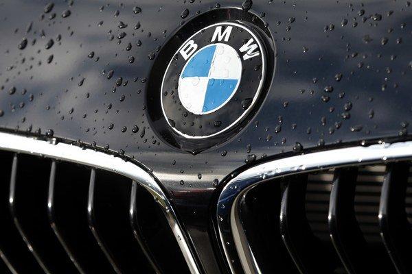 Michalovský závod Yazaki vyrába kabeláže pre BMW. Keby nerobili aj vo štvrtok, bola by vraj výroba luxusných áut v Nemecku ohrozená.