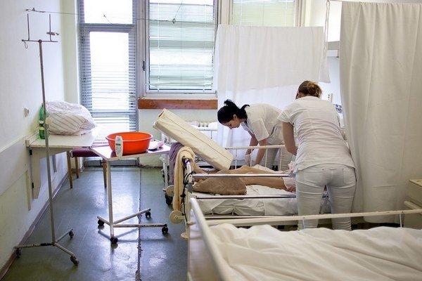 Všeobecná zdravotná poisťovňa prehodnocuje, s ktorými oddeleniami zruší zmluvu.