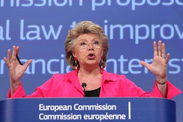 Európska komisia nás vyšetruje pre slabú ochranu dlžníkov už tri roky, Viviane Redingová teraz začala proces, ktorým chce vládu prinútiť zlepšiť zákony.
