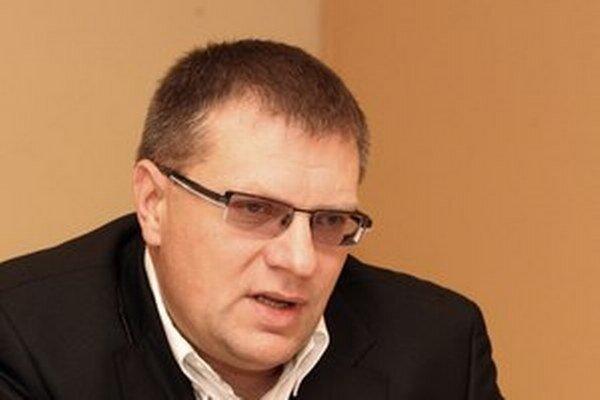 Ján Kováčik šéfuje Slovenskému futbalovému zväzu. Ten požiadal vládu o pomoc pre 21 štadiónov. Prisľúbila, že prispeje na každý najviac 60 percentami, najviac však 45 miliónov eur ďalších 10 rokov.