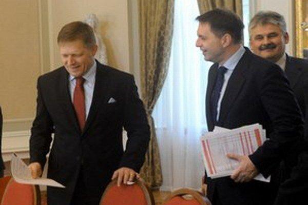 Minister práce Ján Richter (vpravo) tvrdí, že vláde nešlo o to, koľko ľudí odíde z druhého piliera. Rátala však s tým, že by do rozpočtu vďaka otvoreniu systému mohla získať aspoň 229 miliónov eur.