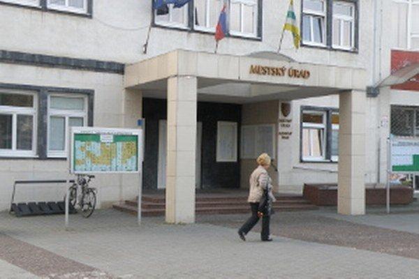 Mestský úrad v Prievidzi dáva šancu mladým ľuďom vykonávať absolventskú prax.