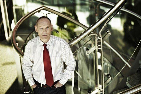 Generálnym riaditeľom internetovej banky mBank na Slovensku a v Čechách je Roman Truhlář (45) od októbra 2011. Vo funkcií nahradil Janusza Mieloszyka, ktorý mal mBank po vstupe na trh stabilizovať. Truhlář pôsobil 20 rokov v kamenných bankách. Od roku