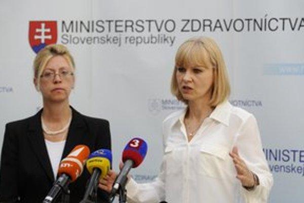 Ministerka Zuzana Zvolenská (vpravo) sa dohodla so šéfkou  Združenia zdravotných poisťovní Katarínou Kafkovou, že peniaze z rezervy zo štátneho rozpočtu pôjdu do nemocníc a ambulancií na vyššie mzdy.