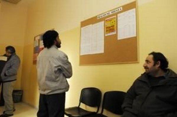 Ľudia s praxou v zahraničí sú pri hľadaní práce aktívnejší.