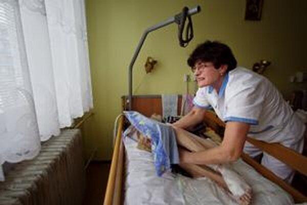 Sestry majú dostať od apríla vyššie mzdy. Nemocnice sa boja, že nebudú mať peniaze na lieky či  zdravotnícky materiál.