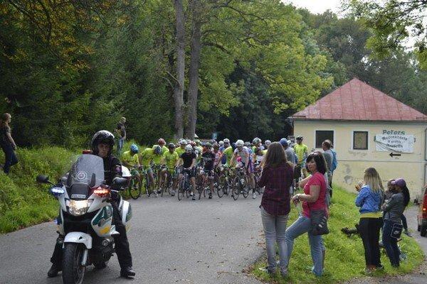 Štart pretekov. V Starej Ľubovni sa zišlo mnoho vyznavačov dvoch kolies.