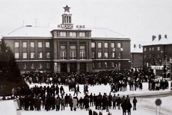 Okresný národný výbor. Pred budovou sa v novembri 1989 konali manifestácie.