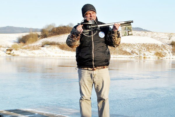 Uzamkýnanie. Staroľubovnianski rybári končili sezónu otočením kľúča v rukách Ivana Orovčíka.