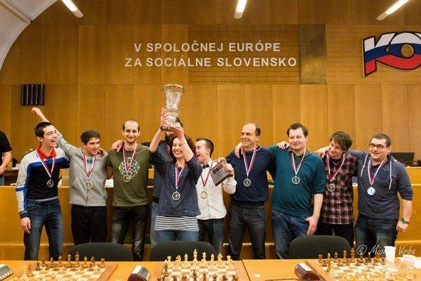 Víťazi šachovej extraligy 2014/2015 – ŠKM Angelus Stará Ľubovňa. Po rozhodujúcom rozstrele s Dunajskou Stredou.