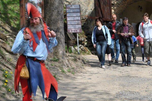 Šašo rozveseľoval aj pri bránach hradu.