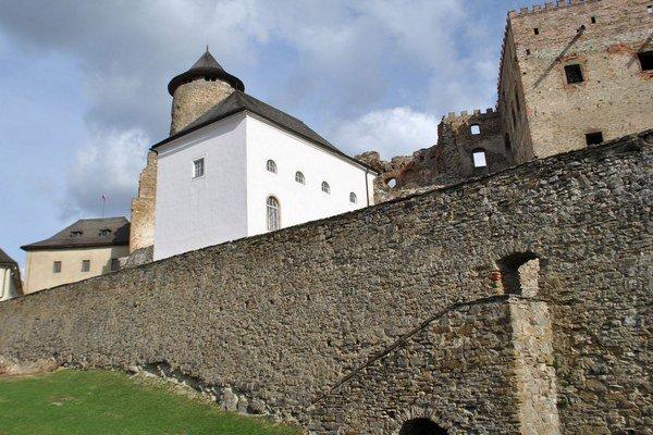 Hradné panstvo. Princezná Izabela tu vychovávala dcéru Terezku, ktorá dnes žije v kláštore.