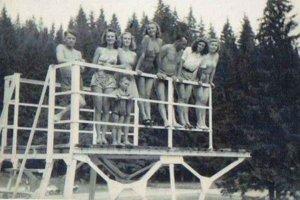 Skokanský mostík. Z veže v kúpeľoch sa skáče už desiatky rokov.