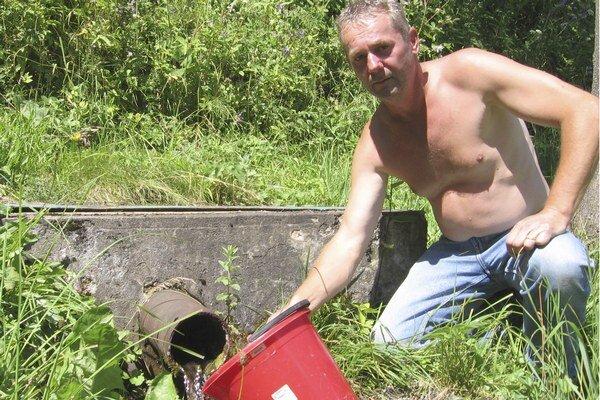 Rodák z Matysovej v okrese Stará Ľubovňa Peter Kundrát meria každý deň výdatnosť a teplotu vody z prameňa pred svojím domom.