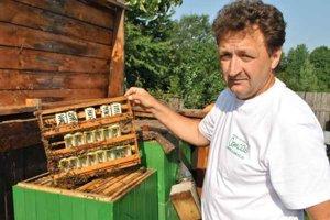 Včelár Ján Sokol hovorí, že narábať so živočíchmi vás musí baviť.