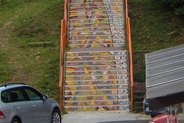 Mozaika. Zdobí dlhé schodisko v Starej Ľubovni.