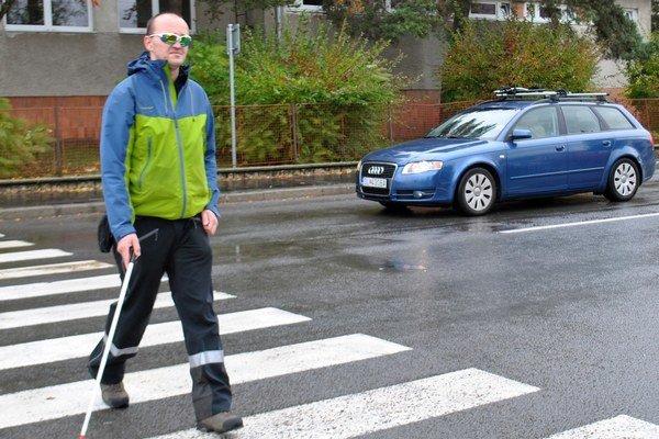 Priechody. Nevidiaci a slabozrakí figuranti pred nimi otestujú vodičov.