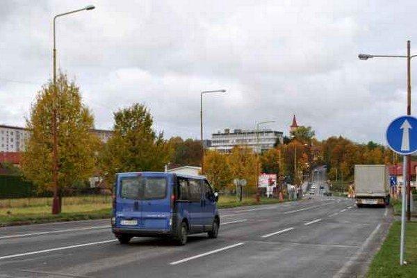 Prešovská ulica. Na ňu má v budúcnosti juhovýchodný obchvat v Starej Ľubovni vyúsťovať.