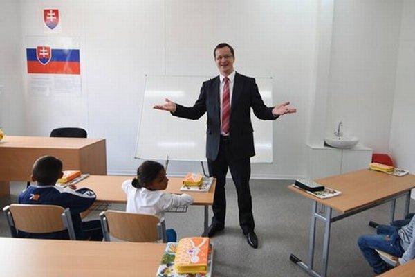Minister školstva Juraj Draxler. Takto otvoril modulovú školu v Podsadku.