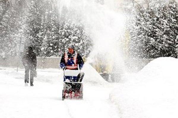 Sneženie. Bielo bolo aj v Starej Ľubovni.  V činnosti boli aj malé frézy.