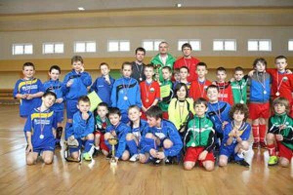 Účastníci turnaja. Mužstvá Junošportu clubu s ich rovesníkmi z Chorzówa.