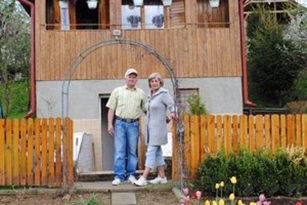 Leto patrí záhradke. Manželia Peter a Mária tu trávia čas od jari do jesene.