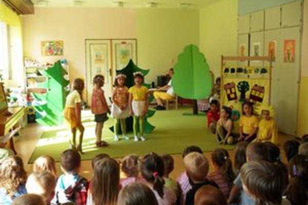 Škôlkari - herci. Predviedli veľké výkony. Predstavenie zožalo úspech.