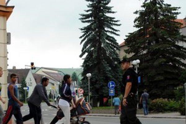 V meste osvetlia priechody pre chodcov.
