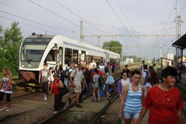 Vlaky. Podľa Patrika Pčolku sú spoje vyťažené. Sám vyrobil sériu niekoľkých fotografií.