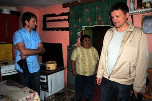 Poslanci Igor Matovič a Alojz Hlina navštívili aj niektoré príbytky.