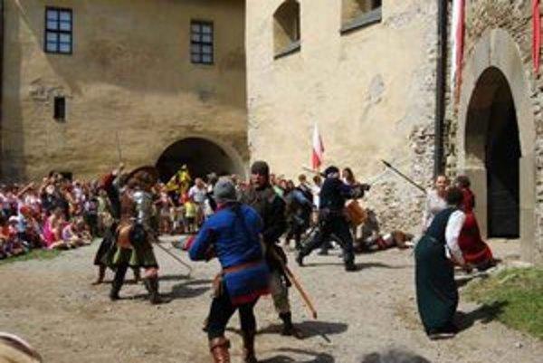 Stredoveké slávnosti. Motívom podujatia bola bitka o hrad.