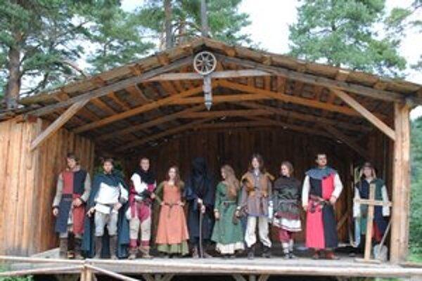 Divadlo spojené s ukážkami šermu. Scénickým šermom ľudí zabávala skupina Rád sv. Galaháda.