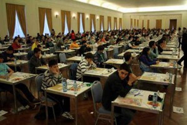 Súťaž. Edo uspel medzi množstvom nadaných matematikov.
