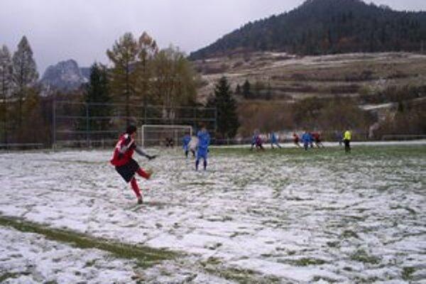 Záver už v ťažkých podmienkach. V zápase V. Lipník – Plaveč pokrýval trávnik už aj sneh.